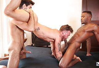 Gays have a naughty threesome